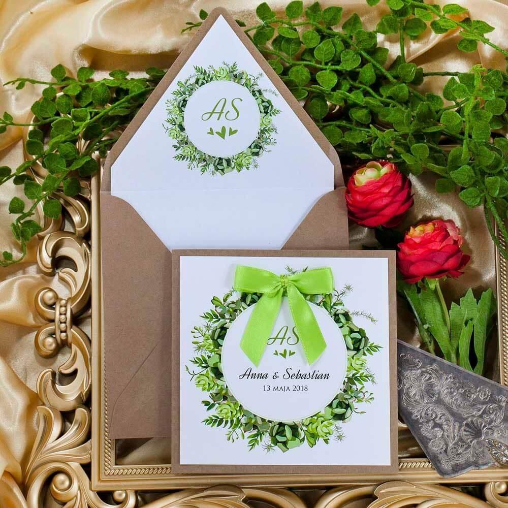 Zaproszenie z zieloną kokardką na papierze ekologicznym