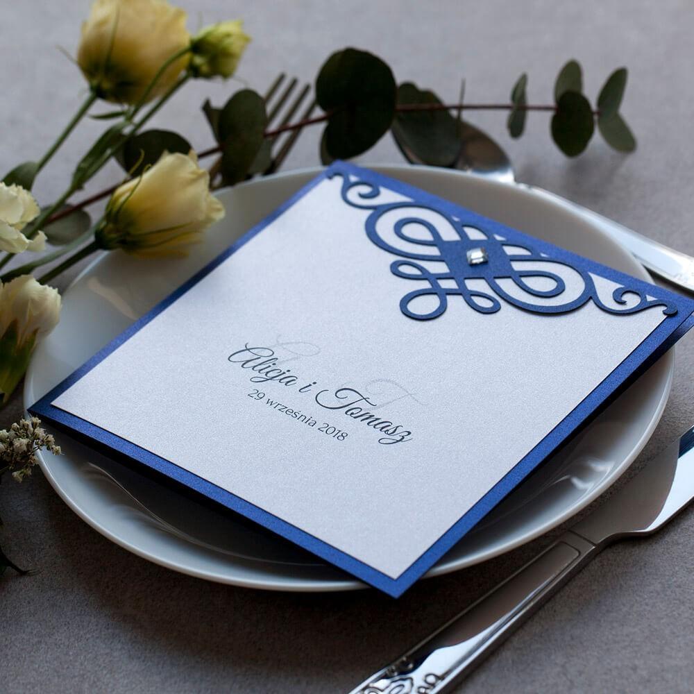 Zaproszenie weselne w kolorze navy blue z laserowo wyciętym ornamentem