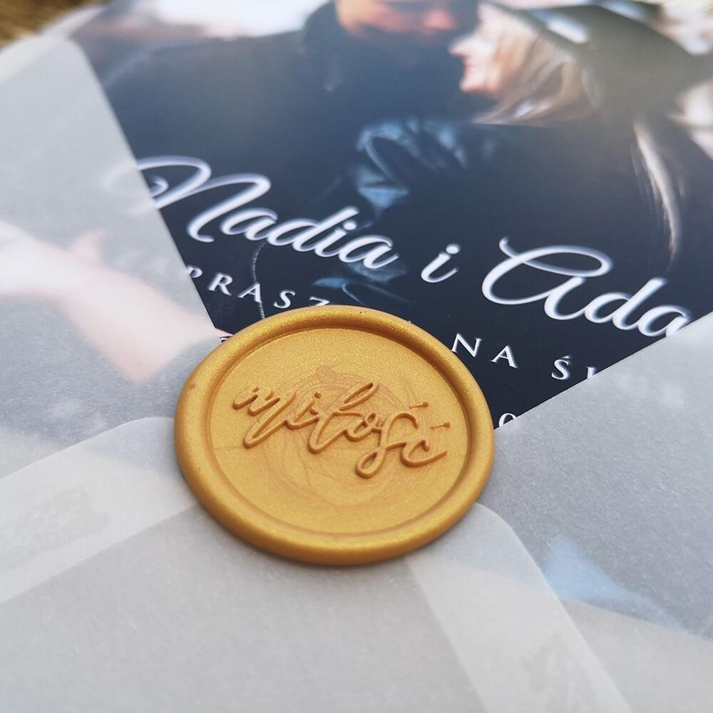 Lak do koperty z napisem miłość w kolorze złota
