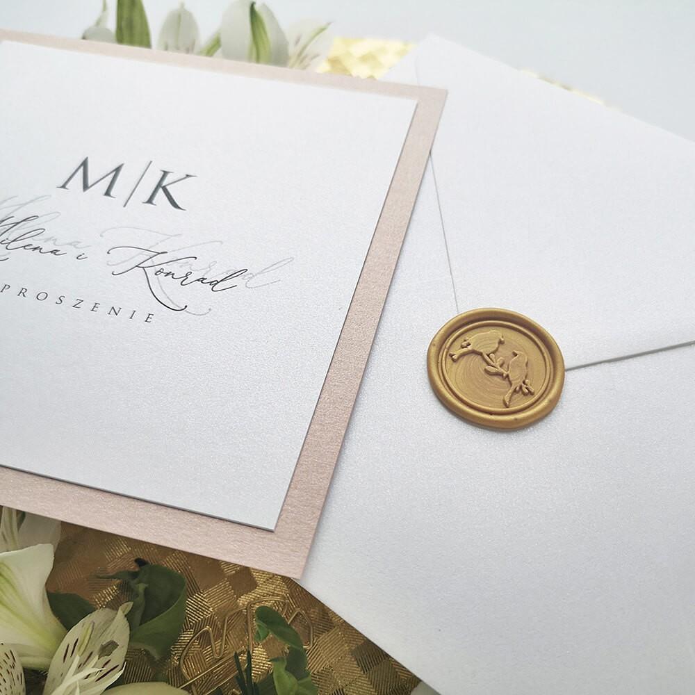 Zaproszenie minimalistyczne z białą kopertą i lakiem