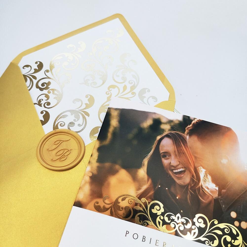Hot stamping folia złota na zaproszeniu ślubnym ze zdjęciem