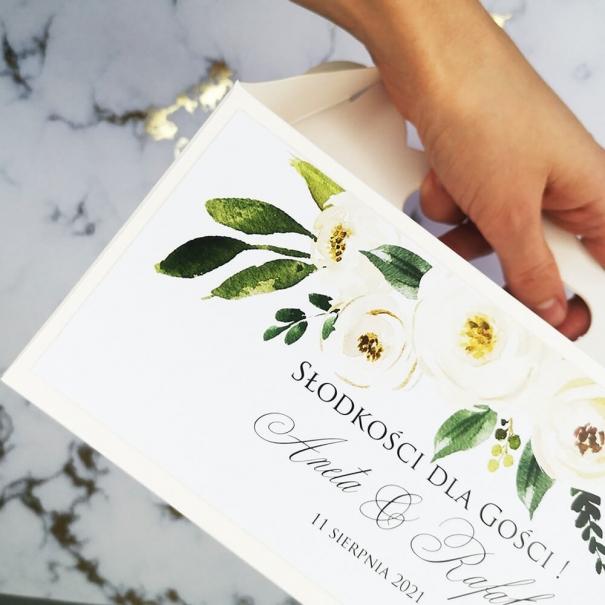 Papierowe pudełko na ciasto weselne z kwiatowym wzorem piwonii.