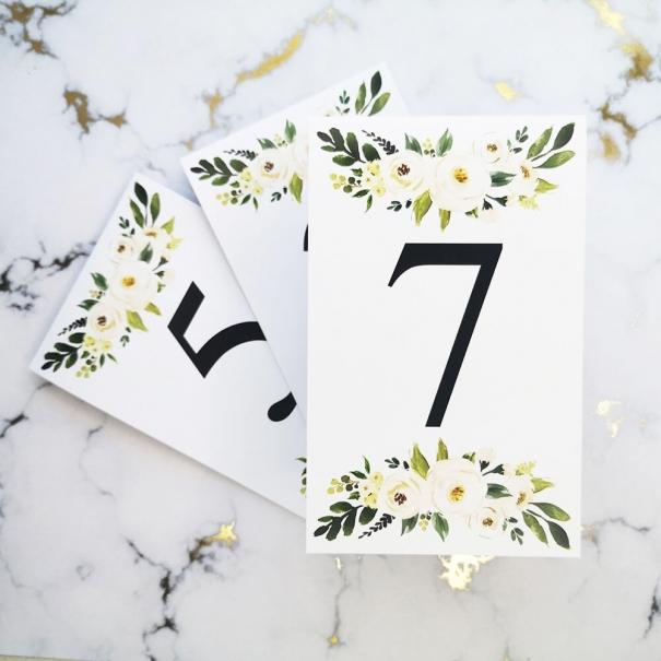 Numerki na stoliki weselne z kwiatem piwonii