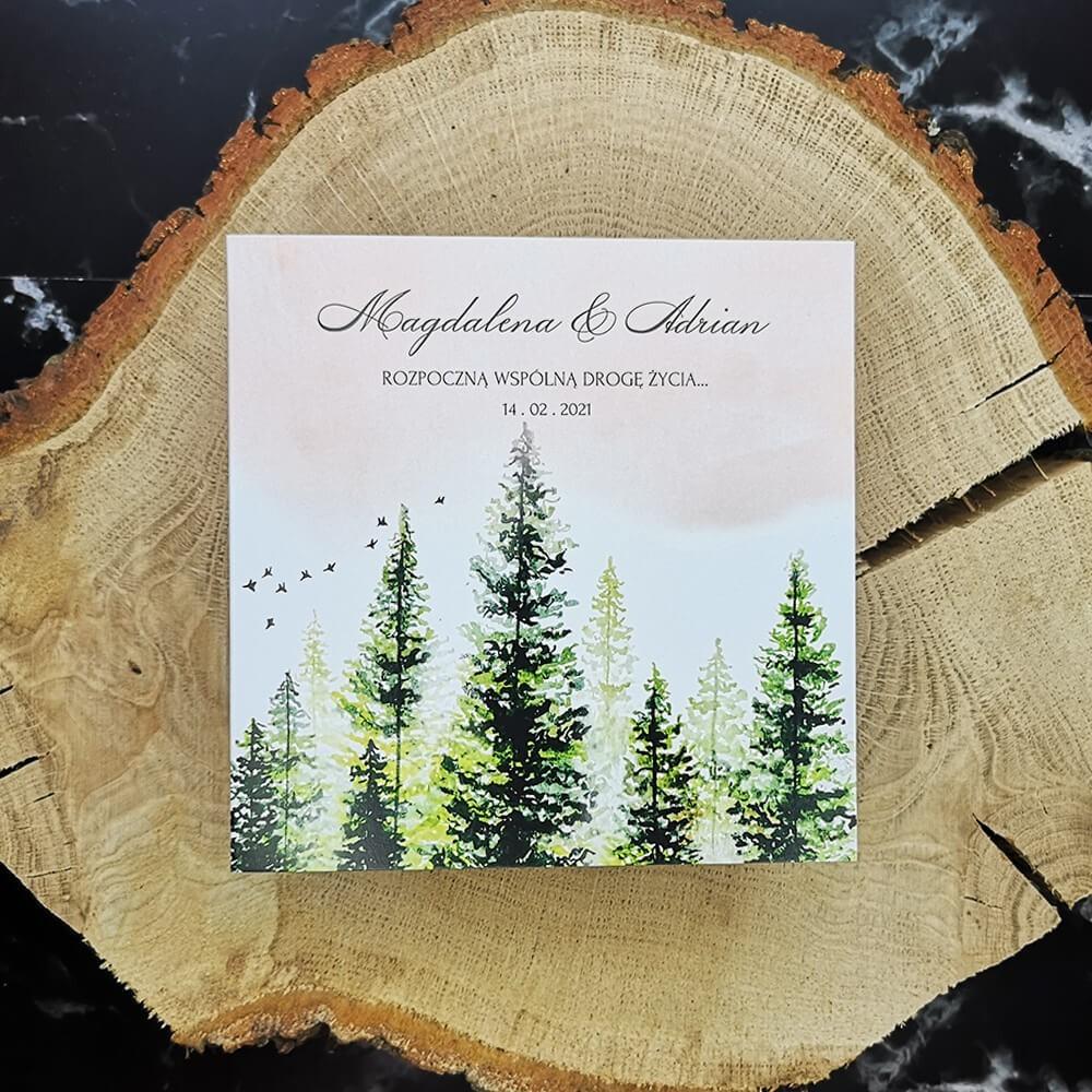 Ręcznie malowany akwarelowy wzór lasu na zaproszeniu