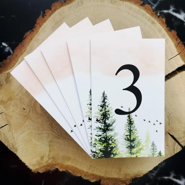 Numerki na stoliki weselne z graficznym motywem lasu