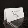 Biała minimalistyczna winietka na stół weselny z gałązką