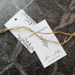 Minimalistyczne białe zawieszki na alkohol weselny z jutowym sznureczkiem
