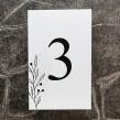 Minimalistyczny biały numerek na stoły weselne z wzorem gałązki
