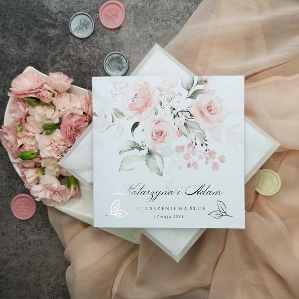 Zaproszenia na ślub pastelowe róże ze srebrzoną czcionką i kwiatowym motywem