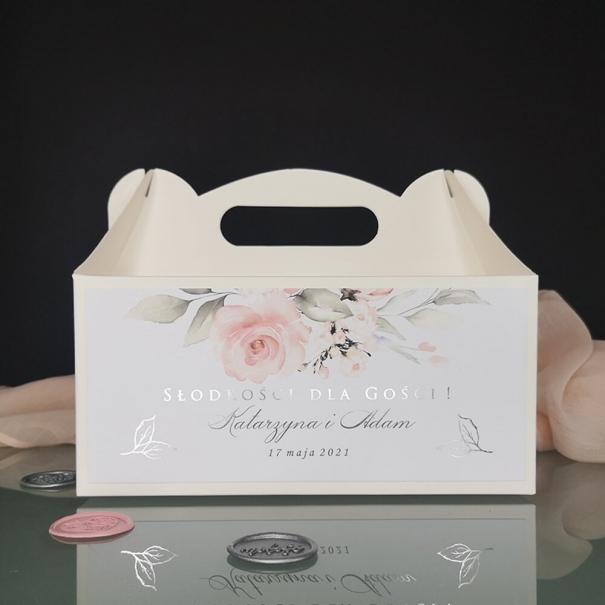 Romantyczne pastelowe pudełko na ciasto weselne ze srebrzeniem