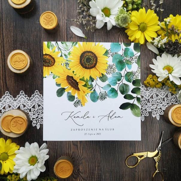 Uniwersalne zaproszenie weselne łączące motyw słonecznika z eukaliptusem.