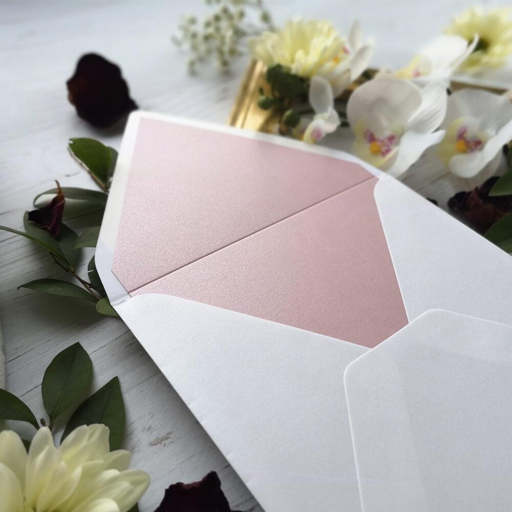 elegancka biała koperta z różową wkładką.