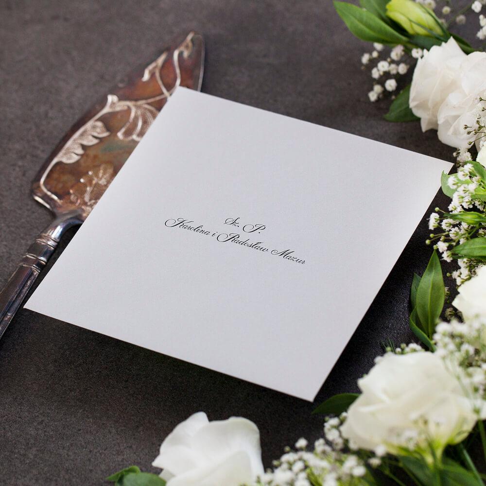 Personalizacja nazwisk gości na kopercie szarej kwadratowej