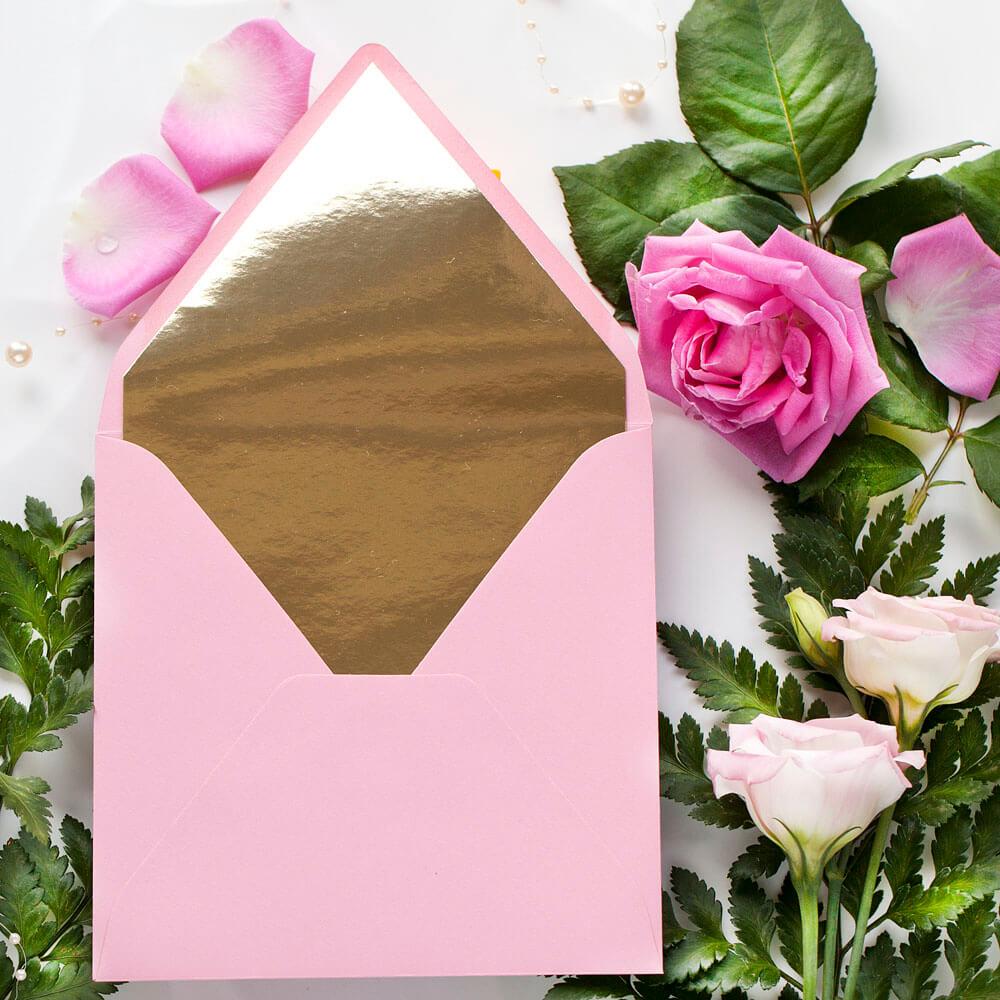Różowa koperta ze złotą wkładką ozdobną