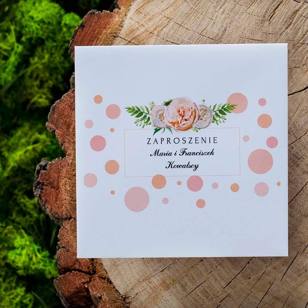Koperta z nadrukiem graficznym kropek, kwiatów i personalizacją listy gości