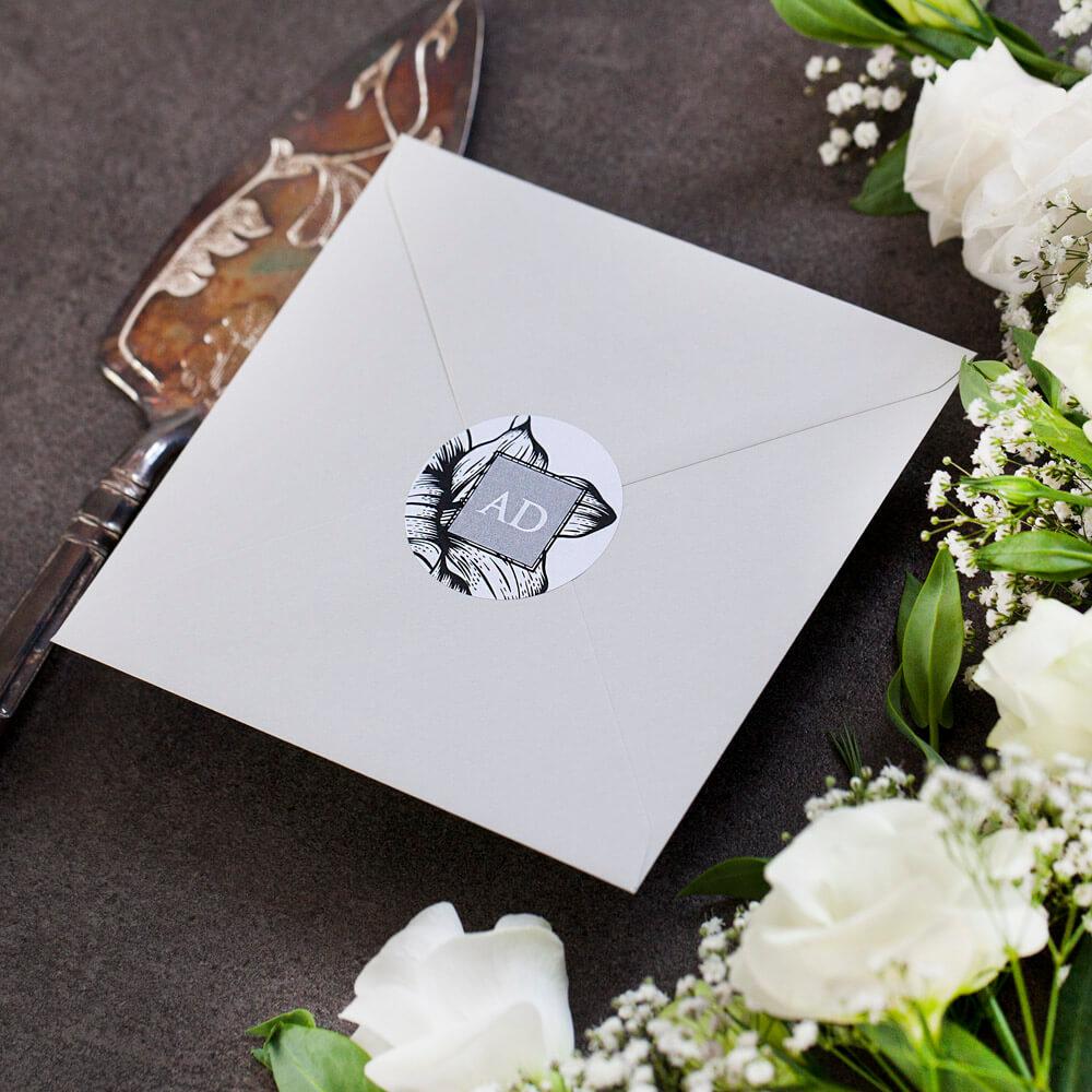 okrągła naklejka na elegancką kopertę ślubną