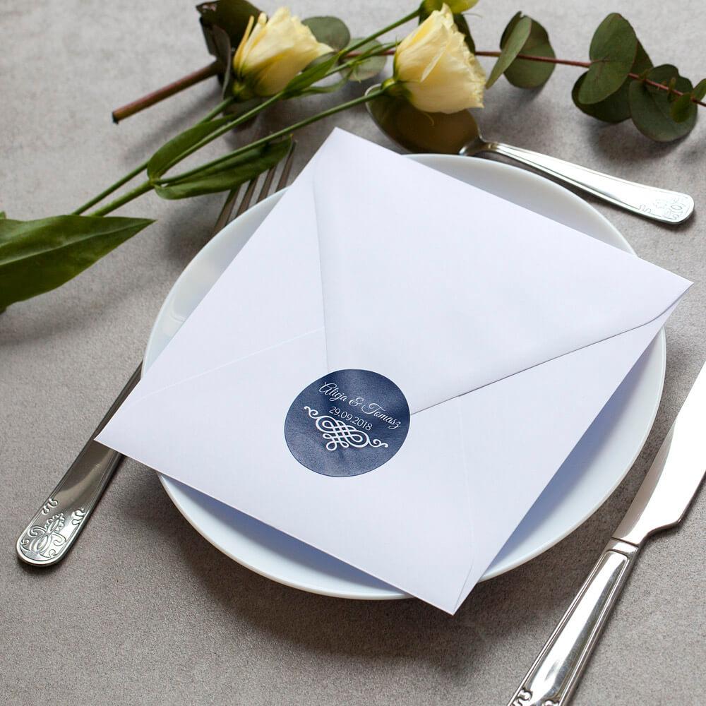 Niebieska naklejka z ornamentem na kopercie w kolorze białym