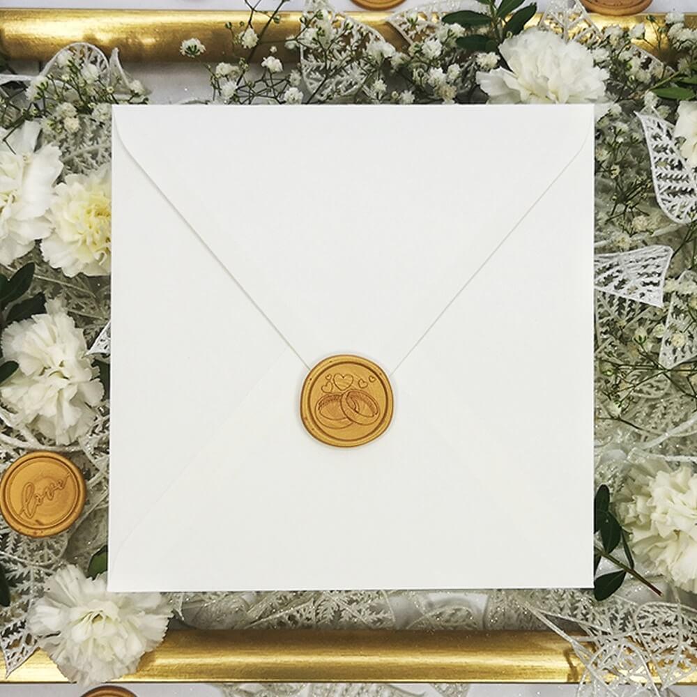 Laki ślubne z motywem obrączek z kopertą ślubną