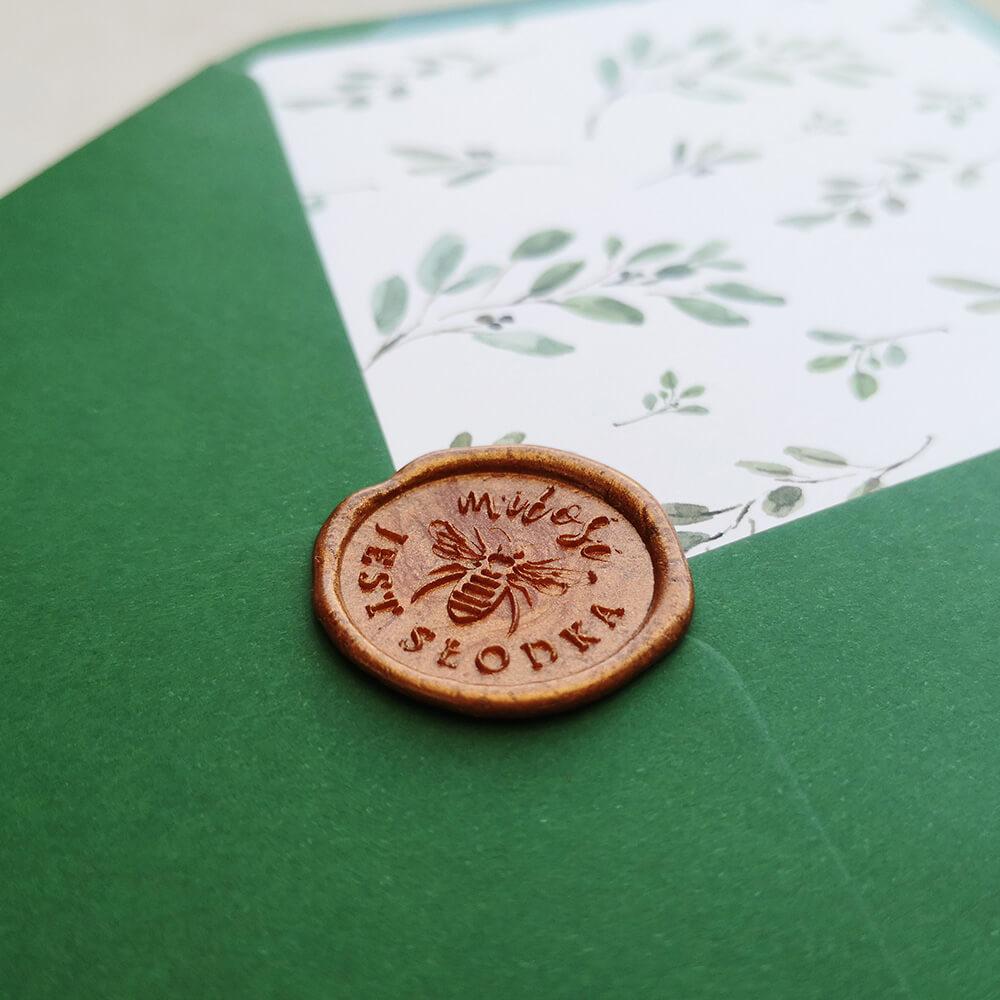 lak z pszczółką do koperty w kolorze butelkowej zieleni