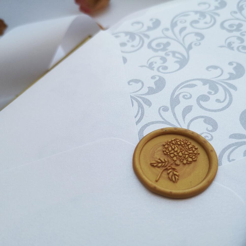 odbicie lakowe zdobiące kopertę ślubną