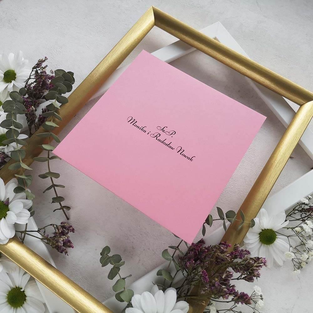 Różowa koperta z personalizacją w aranzacji