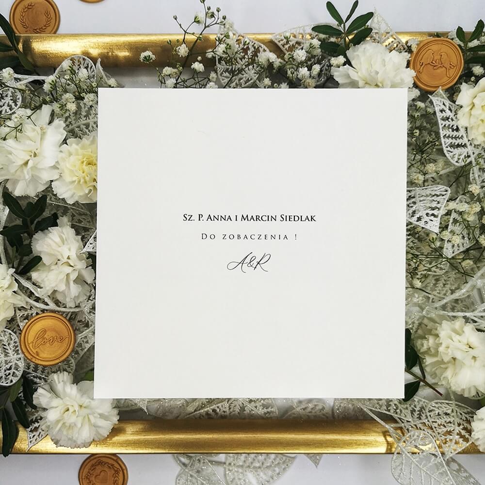 Nadruk nazwisk na kopercie weselnej białej