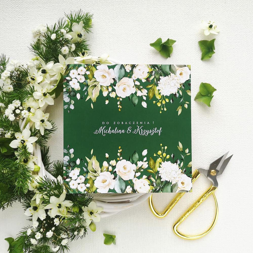 Zaproszenie w kolorze butelkowej zieleni w połączeniu z białymi różami