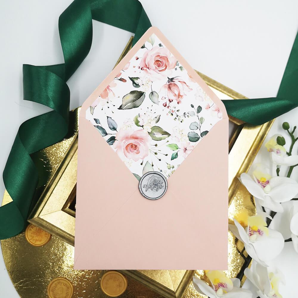 Ozdobna koperta ślubna z wydrukiem kwiatów