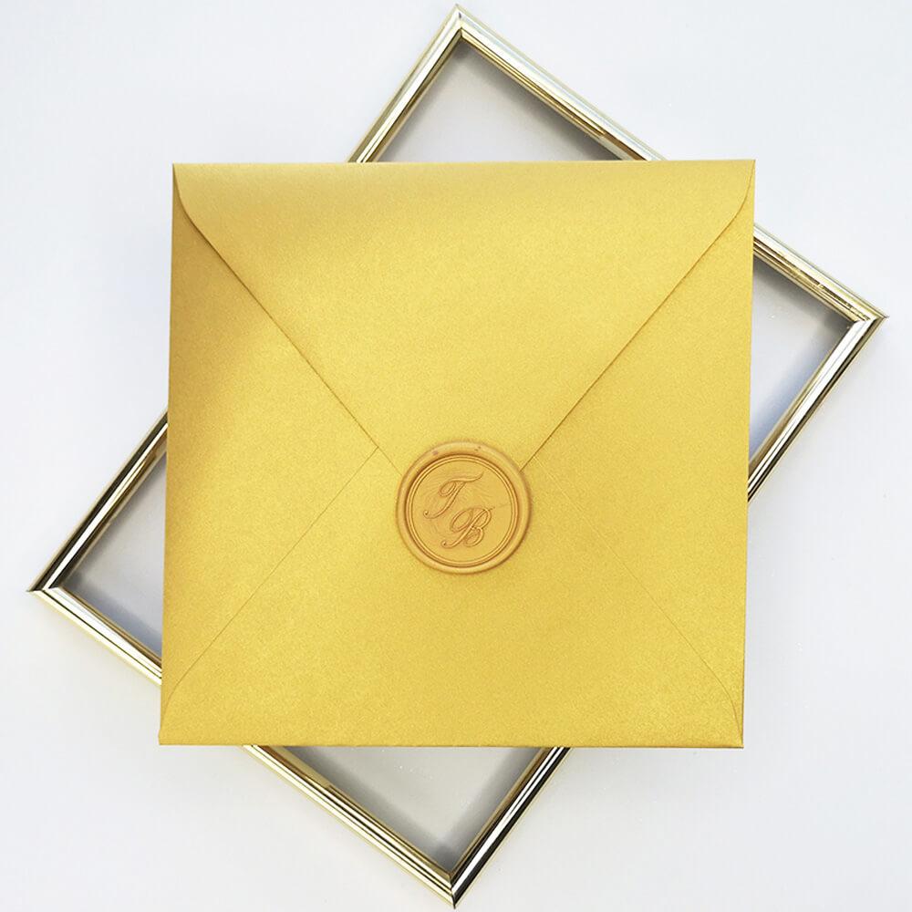 złota metalizowana koperta z ręcznie wykonanym lakiem royaldekor