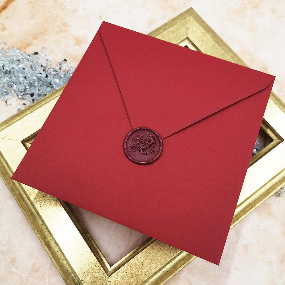 Lak ślubny z bordowa kopertą