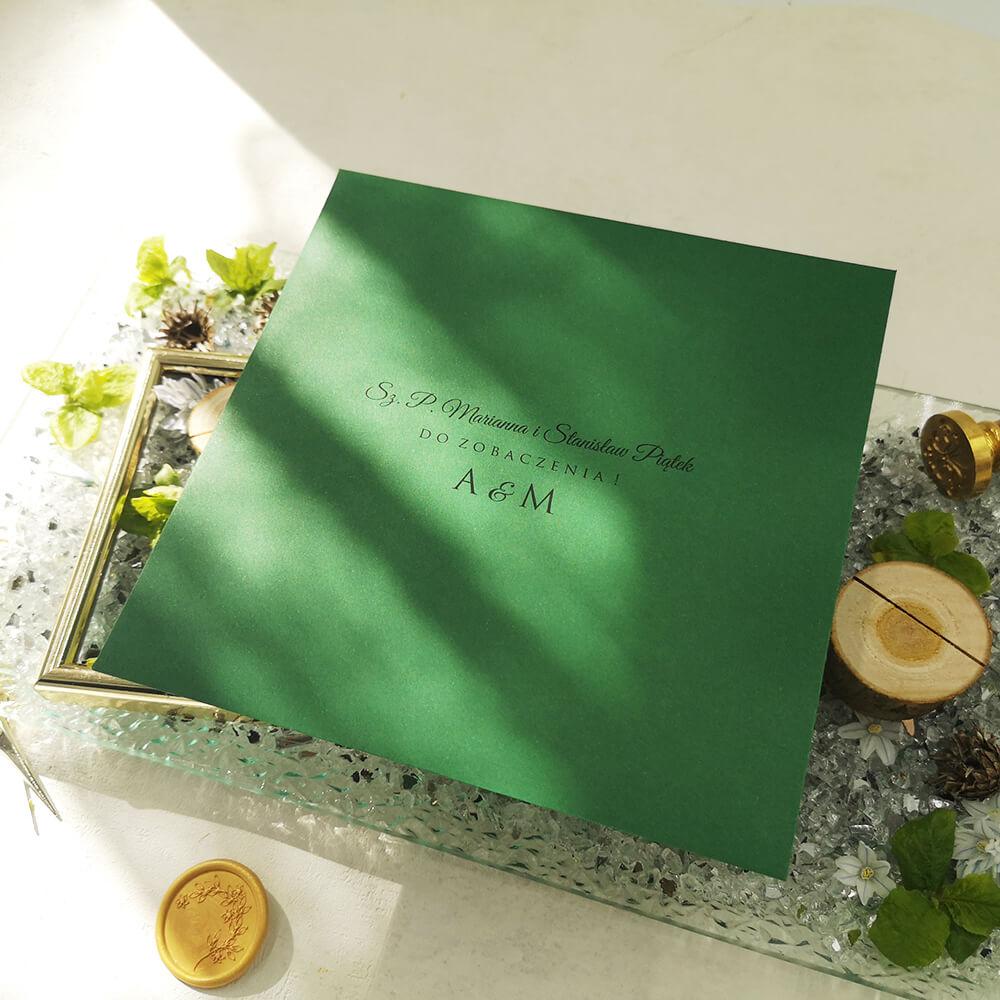 Nazwiska gości wydrukowane na zielonej kopercie weselnej