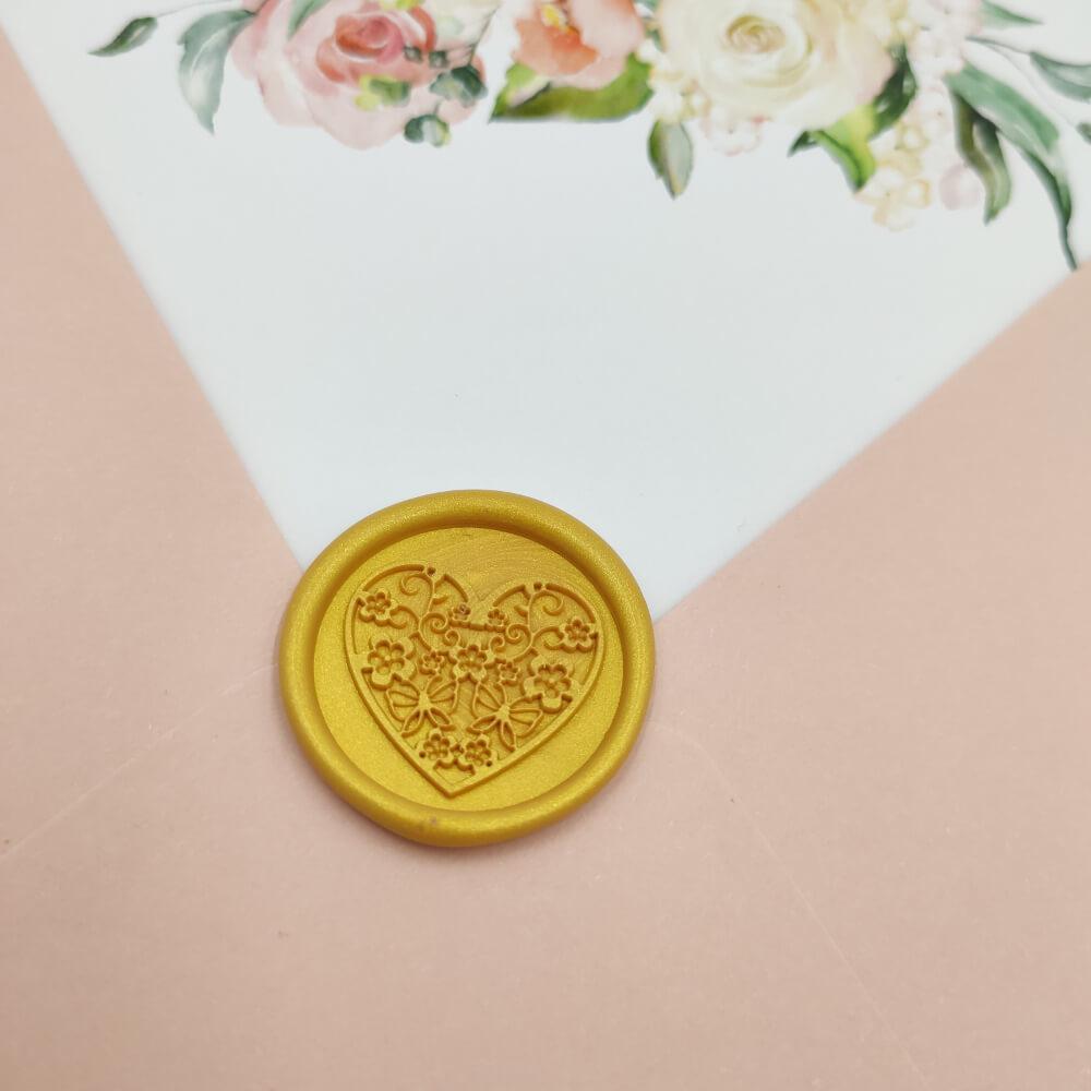 Odbicie lakowe piękny wzór serca w złotym kolorze