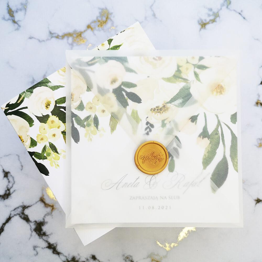 Przezroczysta koperta ślubna z zaproszeniem w kwiaty