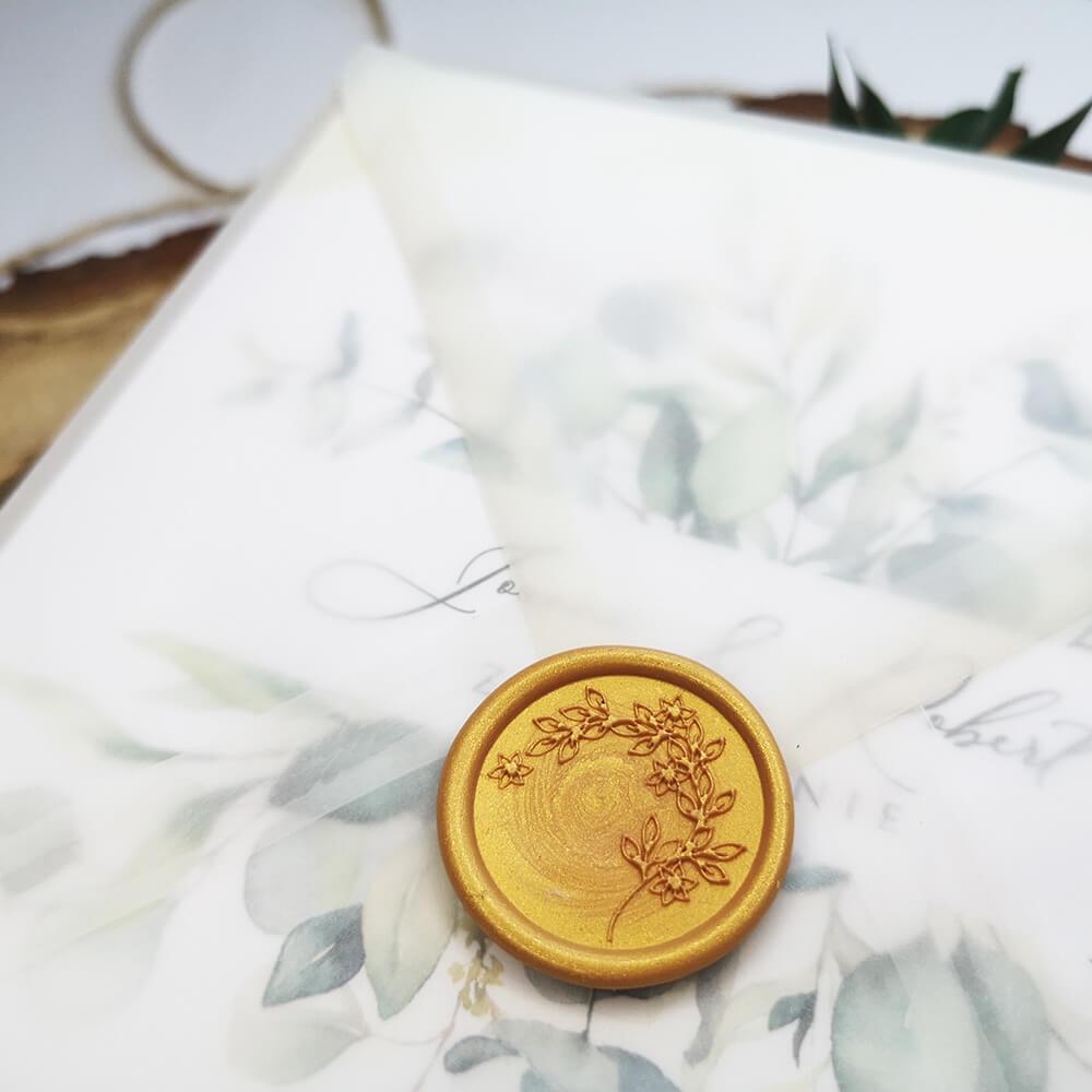 Pieczęć lakowa zamykająca kopertę z kalki oraz zaproszenie